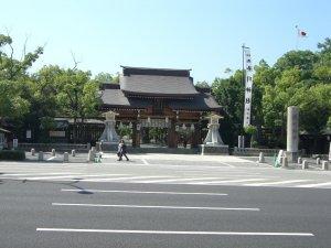 JR神戸駅前の湊川神社