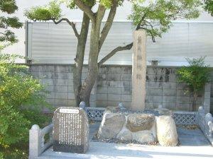 萱の御所跡碑