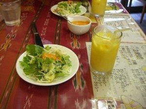 サラダとマンゴージュース
