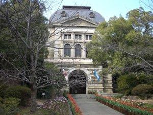 木々の中の兵庫県公館