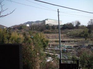 向こうに神戸星城高校が見えました