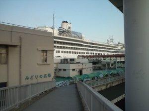 ポートターミナルに横付けする大型客船