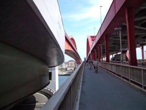 神戸大橋を渡る