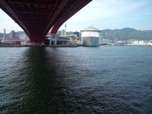 神戸大橋の真下から「ボイジャー・オブ・ザ・シーズ」