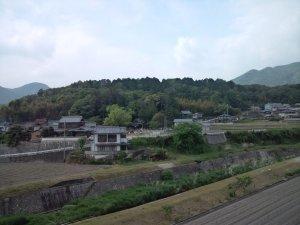 山田小学校前から六条八幡神社を見る