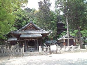 六条八幡神社 拝殿と三重塔