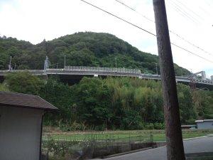 山王神社の横を通る高速道路