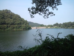 水を湛える烏原貯水池