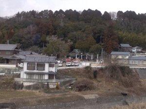 山田小学校前から見た六條八幡神社