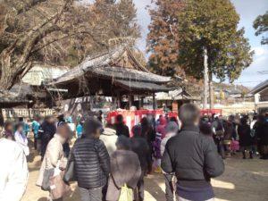拝殿前に人々も集まってきました