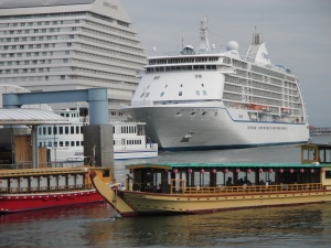 屋形船とセブン・シーズ・ボイジャー号