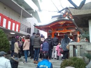 日本太鼓の演舞を見る人たち