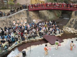 芸者さんの踊りと観客