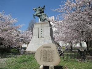 楠正成像と桜