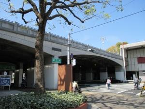 湊川公園の下の縦貫道