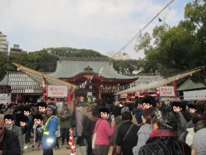 正面は生田神社の拝殿です。