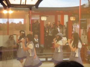 生田神社で新曲を披露中のコウベリーズ 1