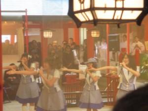 生田神社で新曲を披露中のコウベリーズ 2