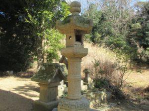 小部大歳神社 社殿上段右側の石灯籠